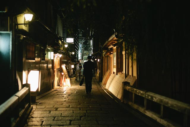Gion at night - the cat you and us