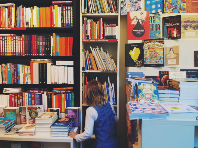 A little girl searching for her book in Sant Jordi - The cat, you and us