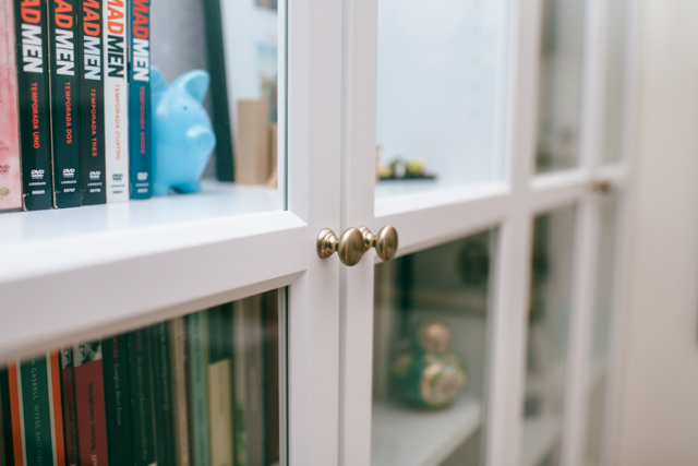 Hacking Billy bookcase with kitchen knobs - The cat, you and us
