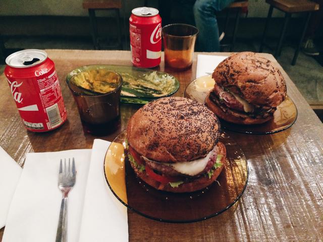 De Paula burger - The cat, you and us