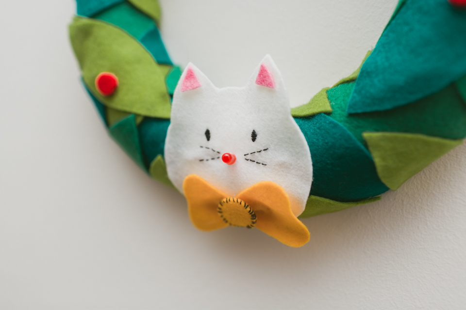 DIY Christmas felt wreath - The cat, you and us