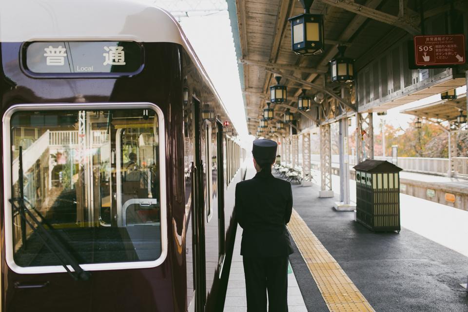 Arashiyama train - The cat, you and us