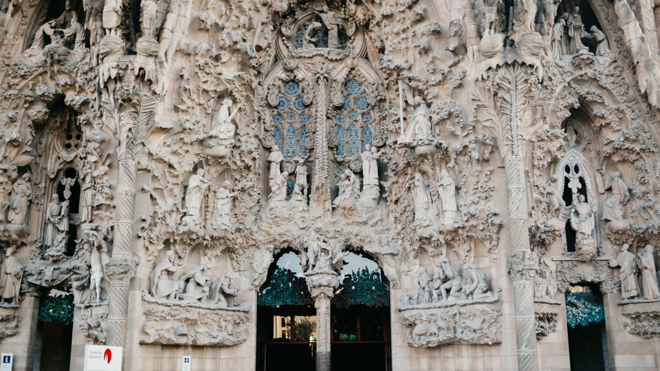 Sagrada Familia main entrance - The cat, you and us
