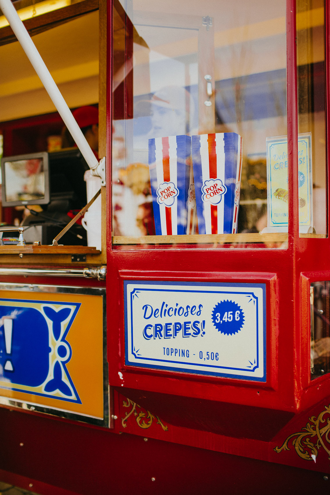 Popcorn at the Tibidabo fair - The cat, you and us