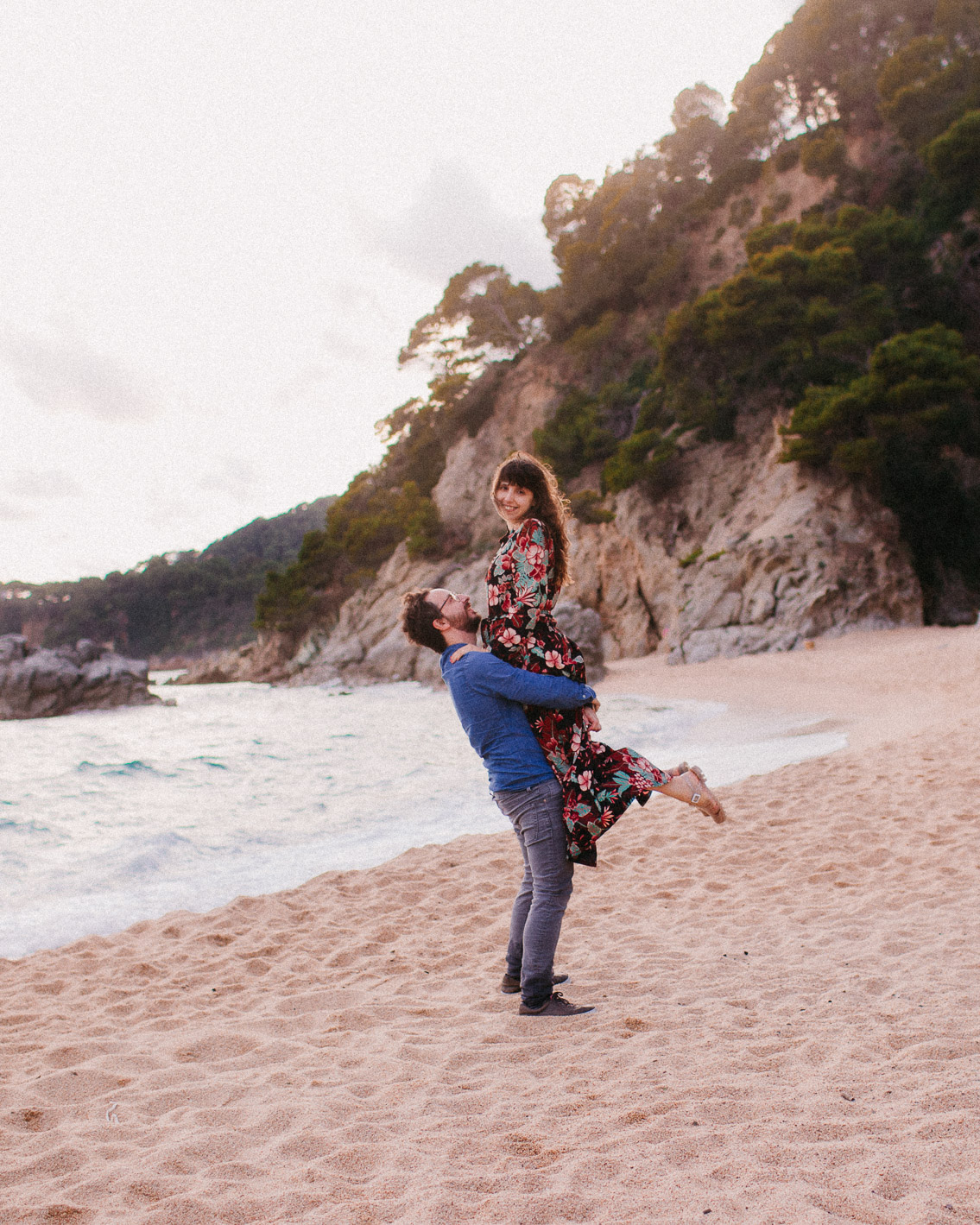 Cala Boadella couple beach photoshoot - The cat, you and us